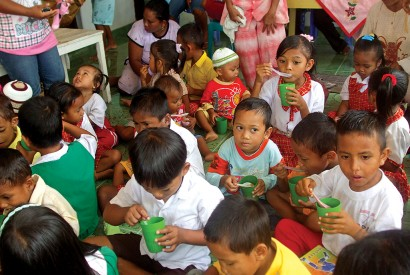 Indonesian preschoolers receive nutritious meals through the national government's Early Childhood Education and Development Program. Erly Tatontos/World Bank.