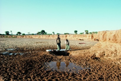 Women in Niger wash clothes with water obtained from a well in the dry riverbed. UN Photo/Jeffrey Foxx.