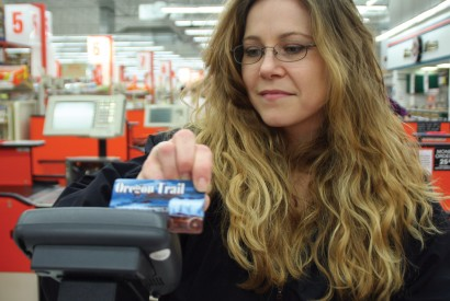 An Oregonian woman using her electronic benefit transfer card to purchase food. Brian Duss for Bread for the World.