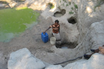 Water for household use is a scarce good in the dry Machaze district of Mozambique. Wikimedia Commons.