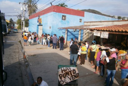 Shoppers in Venezuela waiting in line at a Mercal store for government subsidized products. Wikimedia Commons.