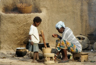 A woman and child cooking in Mali. Wikimedia Commons.