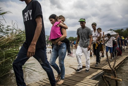 Venezuelans trek over an informal crossing to reach Cúcuta, Colombia, April 2019. ©UNHCR/Vincent Tremeau