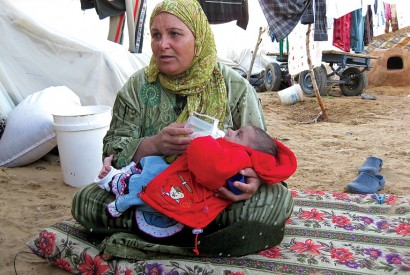 In Gaza, a mother and child in a camp for displaced persons. Photo by Natalia Cieslik / World Bank.