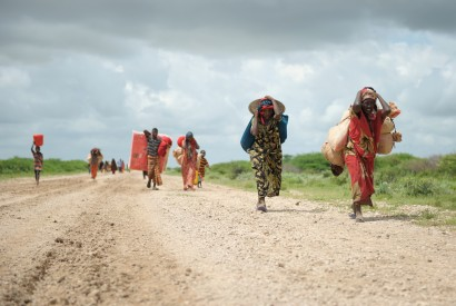 Carrying whatever possessions they can, women arrive in a steady trickle at a camp for internally displaced people established next to a base of the African Union Mission for Somalia (AMISOM) near Jowhar. UN photo
