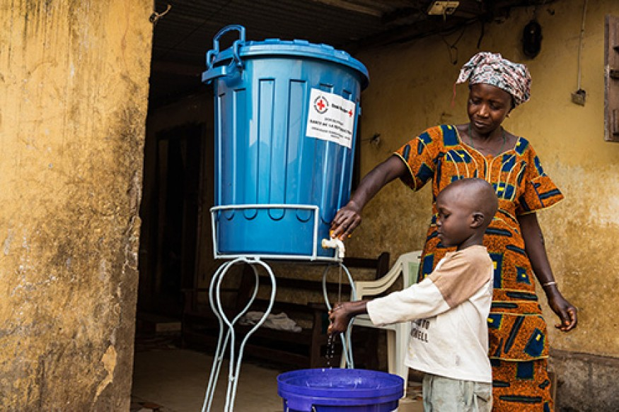 Women and girls in developing countries spend hours per day fetching water because of a lack of infrastructure, pulling women away from income-earning opportunities and girls out of school. Photo: UN / Martine Perret