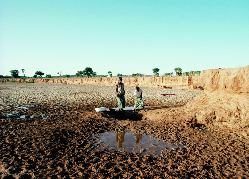 Water is vital for life. Women in Niger wash clothes with water obtained from a well dug in the dry riverbed. UN Photo/Jeffrey Foxx.