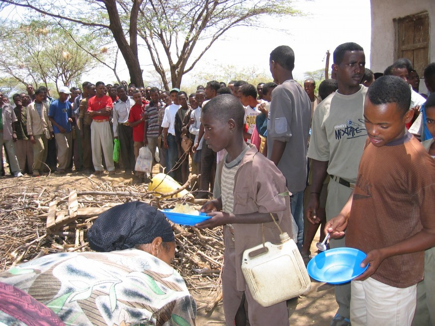 People lining up to receive food in Ethiopia. Tony Hall/Bread for the World.
