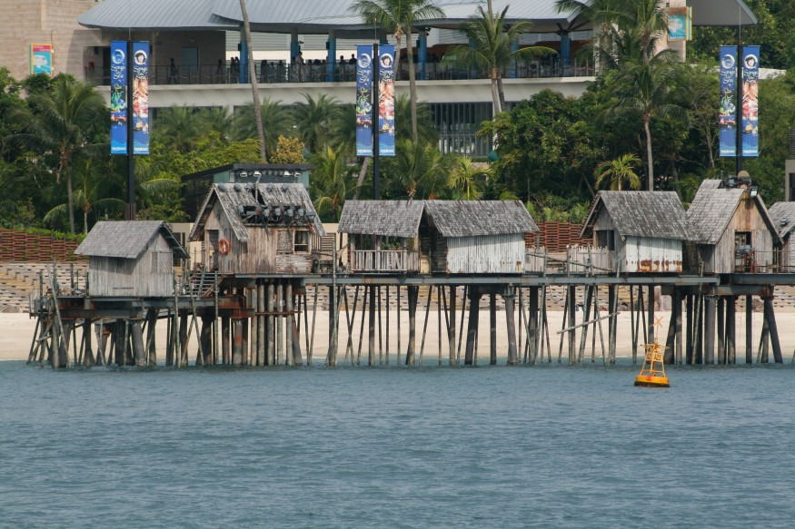 A row of wooden kelongs (fishermen huts on stilts) in Sentosa, Singapore. Wikimedia Commons.